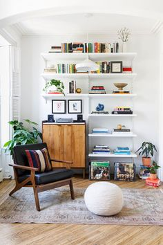Brooklyn townhouse apartment deco in 2019 интерь My Living Room, Home And Living, Living Room Decor, Living Spaces, Living Room Vintage, Living Room Shelves, Townhouse Apartments, Decor Inspiration, Decor Ideas