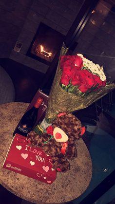 gift- for girlfriend romantic flowers Flowers For Girlfriend, Surprise For Girlfriend, Romantic Surprise, Romantic Gifts, Romantic Flowers, Romantic Ideas, Birthday Goals, Diy Birthday, Rosen Box