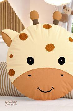 Eine Almofada Redonda Amiguinha Girafa zeigt die Simpatia no quarto de bebê. Baby Pillows, Kids Pillows, Animal Pillows, Diy Crafts For Gifts, Felt Crafts, Fabric Crafts, Sewing Toys, Sewing Crafts, Diy Bebe