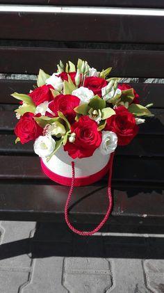 Aranjament in cutie realizat din trandafiri, lisiamthus si cupe de orhidee. Roses, Pink, Rose
