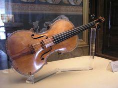A arte de Antonio Giacomo Stradivari  : Este  violino Stradivarius est exposto no Palcio Real de Madrid.   Un violn Stradivarius en el Palacio Real de varias teoras expuestas MadridH    Antonio Giacomo Stradivari (Cremona, 1648  Cremona, 18 de dezembro de 1737) foi um clebre liutaio italiano.  Ainda muito jovem foi discpulo de Nicola Amati, com quem aprendeu e desenvolveu a arte inconfundvel de fazer instrumentos de c