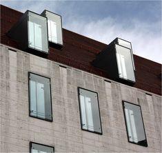 . Alter Hof in München -  Das Dach wurde mit modernen Gauben versehen. Es gibt aber auch Dachflächenfenster. Leider finden sich an der Natursteinfassade des Pfisterblock schon deutliche Verschmutzungen.  März 2015 (Matthias)