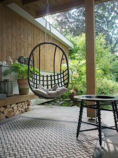 Zie je een echte wintertuin waar niet zo gek veel meer is te zien of zie je jezelf stiekem al zitten in je prachtige tuin aankomend tuinseizoen? Diy Outdoor Furniture, Outdoor Decor, Landscape Design, Garden Design, Night Garden, Patio, Cool Landscapes, Porch Swing, Hanging Chair