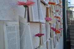 Parede decorada com livros e gérberas Projeto: Gui Marini Flores: Lúcia Corte-Real #wedding #flowers #flowerwall #decorideas #diywedding #diy #bookwall #books
