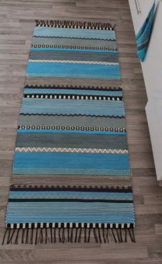 Puuvillan kesyttäjä: Uusia mattoja Weaving Textiles, Weaving Art, Weaving Patterns, Loom Weaving, Hand Weaving, Woven Rug, Woven Fabric, Finger Weaving, Fabric Rug