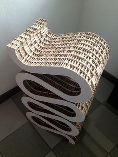 Mobile porta vino dal Design Swing. Il mobile è realizzato con cartone nidopan, materiale ecologico e molto resistente.