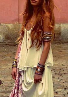 Chunky gypsy style arm bands with boho chic dress. Hippie Look, Hippie Style, Bohemian Look, Gypsy Style, Boho Gypsy, Bohemian Fashion, Bohemian Office, Bohemian Hair, Romantic Fashion