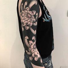 cool blackout tattoo ideas for women © tattoo artist Lupo Horiokami ❤🌺❤🌺❤🌺❤🌺❤ Cuff Tattoo, B Tattoo, Dark Tattoo, Body Art Tattoos, Hand Tattoos, Tatoos, Rose Tattoos, Black Sleeve Tattoo, Black Line Tattoo