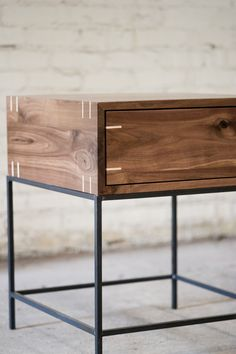 Myers End Table - Black Walnut and Steel von KithandKinStore auf Etsy https://www.etsy.com/de/listing/173360410/myers-end-table-black-walnut-and-steel