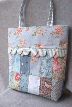 Discover recipes, home ideas, style inspiration and other ideas to try. Bag Pattern Free, Bag Patterns To Sew, Quilt Patterns, Patchwork Bags, Quilted Bag, Shabby Chic Bleu, Quilt Making, Bag Making, Crochet Patron