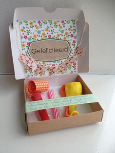 Feest in een doosje. Party Box, Diy Party, Party Gifts, Cute Teacher Gifts, Cute Gifts, Funny Gifts, Wrapping Ideas, Gift Wrapping, Homemade Gifts