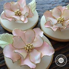 These cookies are too beautiful for words.  Believe it or not, these flowers are completely edible and each one of the petals are made by hand! #sugarart #cookies #toronto #bakery #bobbetteandbelle