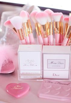 The Best Must Haves For The Girly Make Up Lover - J'adore Lexie. Ok so I am a total all around beauty loving kind of gal and with that I need top-notch storage solutions for my beauty products. I am so in love with the clear