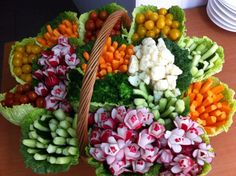 Basket of raw vegetables - cuisine traiteur - Raw Food Recipes Veggie Platters, Veggie Tray, Veggie Cups, Raw Food Recipes, Cooking Recipes, Healthy Recipes, Raw Vegetables, Veggies, Veggie Display