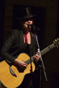 Suzanne Vega in her top hat, at the Dakota. Suzanne Vega, Jazz Club, Minneapolis, Guitars, Angel, Hat, Tops, Female Singers, Female Actresses