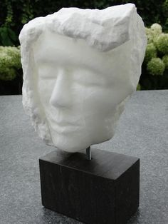 """"""" Mannenkop"""" uit Albast knol, gemaakt door Marjen Blanken."""
