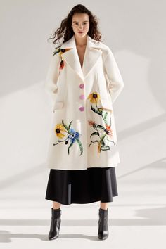 The complete Carolina Herrera Pre-Fall 2018 fashion show now on Vogue Runway. Carolina Herrera Bridal, Autumn Fashion 2018, Paris Fashion, The Bikini, Fashion Show Collection, Pretty Outfits, Pretty Clothes, Parka, Fashion News