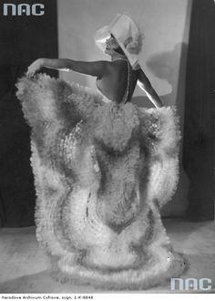 Zula Pogorzelska, śpiewaczka, aktorka. Fotografia sytuacyjna w stroju scenicznym. 1928
