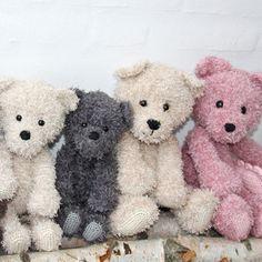 Go Handmade Häkelanleitung Teddy Family - Wollplatz. Crochet Teddy, Easter Crochet, Knit Or Crochet, Crochet Dolls, Animal Knitting Patterns, Crotchet Patterns, Teddy Beer, Granny Pattern, Stuffed Toys Patterns