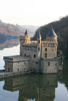 Le château de la Roche, dans les gorges de la Loire. Toutes mes Racines Roannaises.