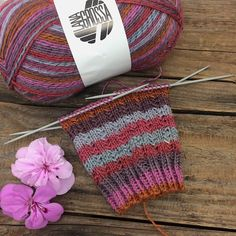Knit socks in summer? Knitting socks is always fun and relaxing. I knit my socks with a new yarn from LANA GROSSA, which can only be bought in autumn. The glittery sock yarn is called Knitting Patterns Free, Free Knitting, Free Pattern, Crochet Patterns, Pull Poncho, Tartan Pattern, Patterned Socks, Sock Yarn, Knitting For Beginners