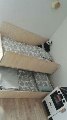 Vanerista sänky. Matala kerrossänky, itse tehty lastensänky. Pieneen huoneeseen avarampi kuin kerrossänky tai 2 sänkyä.  laatikosta myös säilytystilaa?