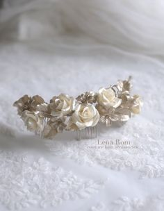 This headpiece has-been made of cold porcelain clay flowers, being each entirely shaped by hand. Flowers and leaves made of this material are lightweight, little bit flexible and shatterproof. Each flower is unique as a result of a dedicated by-hand work and therefore, the final