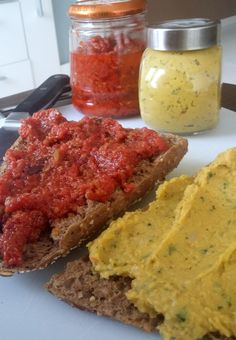 tomatentapenade en koriander bonen spread voor op toast, brood of toastje.