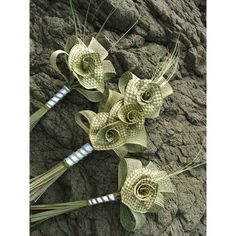Pagent style wedding bouquet with a large natural woven flax lily surrounded with natural Hapene leaves. Each woven lily is approx in diametreSmall (Bridesmaid) Flax Weaving, Weaving Art, Basket Weaving, Rama Seca, Maori Patterns, Flax Flowers, Hawaiian Crafts, Corporate Flowers, Maori Designs