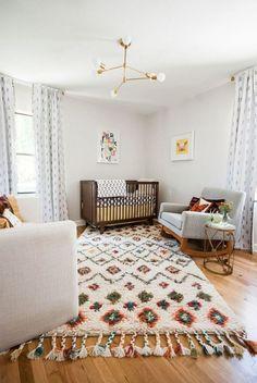 Cette chambre de bébé est des plus apaisantes.  Et que dire de cette chaise berçante? (décoration nordique scandinave)