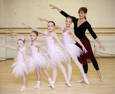 Young dance pose | Young dancers pose with English ballerina Darcey Bussell (R) to mark ...