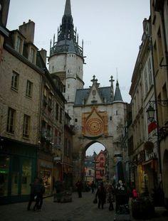 Auxerre : Torre dell'Orologio e le vecchie case, alcune a graticcio