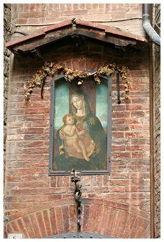 Siena - Madonna col Bambino della Contrada Priora della Civetta
