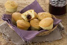 I muffin alla vaniglia con cuore di amarena sono delle piccole delizie golose preparate con una soffice base di muffin farcita con una amarena.