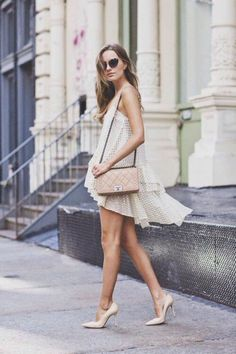 jolie robe mi longue, talons beiges, sac bandoulière en cuir beige et lunettes de soleil