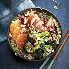 Loaded with broccoli, oranges slices and cashews, this hoisin chicken rice bowl recipe is a hearty way to start your week off on a healthy note. Healthy Grains, Healthy Snacks, Healthy Eating, Healthy Recipes, Poke Bol, Chicken Rice Bowls, Chicken Broccoli, Sauce Hoisin, Sauce Sriracha