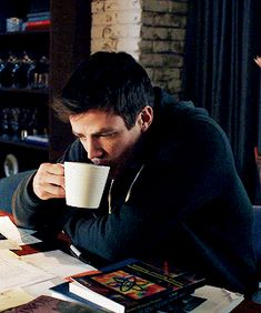 Not listening because this coffee from Starbucks is the best - Top SuperHeroes Sebastian Glee, Flash And Arrow, Top Superheroes, Flash Funny, Flash Wallpaper, O Flash, Flash Barry Allen, Star Labs, The Flash Grant Gustin