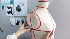Une chouette vidéo pour vous expliquer les premières bases en moulage. Apprenez en quelques minutes à poser des bolducs sur un mannequin de couture.