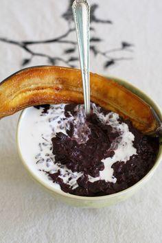 Black sticky rice pudding with caramelised bananas (vegan) No Bake Desserts, Healthy Desserts, Rice Pudding Recipes, Chia Pudding, Bananas, Sweet Recipes, Baked Goods, Fairies, Caramel