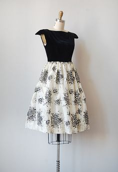 vintage 1950s dress -- Reminds me of the one Grace Kelly wore in REAR WINDOW.