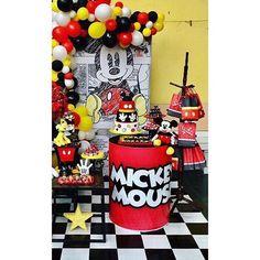 Incrível essa festa no tema Mickey Mouse! Credito: @monteiro.locacao #Festainfantil #FestaMickeyMouse #Mickey #Mouse #FestaDiney #Disney #FestaMenino Fiesta Mickey Mouse, Mickey Party, Mickey Mouse Clubhouse, Mickey Minnie Mouse, Mickey Vintage, Elmo Birthday, Mickey Mouse Birthday, Birthday Party Decorations, Party Themes