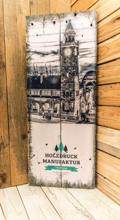Logos und Design auf Holz. Druck auf einer rustikalen Europalette. Ein Branding von einem Logo oder einer Marke auf Holz ist auffällig und zieht die Aufmerksamkeit des Betrachters auf das Design. Mehr kreative Ideen und Inspirationen auf https://www.holzdruck-manufaktur-hamburg.de/shop/