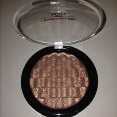 "LAURA GELLER HIGHLIGHT Beautiful Laura Geller rosey gold illuminator! Baked gelato lace illuminator in ""ballerina"". Gorgeous color, the small one retails for $26 and this is the large size. NEW WITH OUT BOX! PRICE IS VERY FIRM Laura Geller Makeup"
