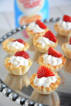 Strawberries and Cream Tarts - A guilt-free, no bake dessert with vanilla Greek yogurt custard, phyllo cups & strawberries! Mini Desserts, Easy Desserts, Delicious Desserts, Dessert Recipes, Yummy Food, Quick Dessert, Valentine Desserts, Snack Recipes, Phyllo Cups