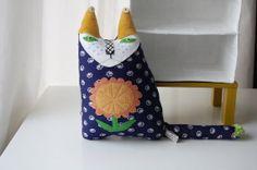 Textil Arte Cat muñeca llamado girasol - escultura blanda hecha desde los años sesenta Mary Quant estilo flor de tela
