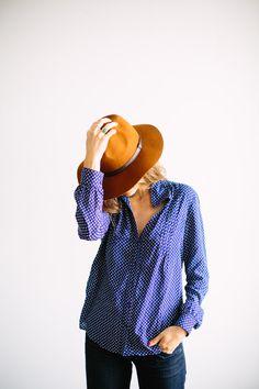 simple blouse, jeans + hat.