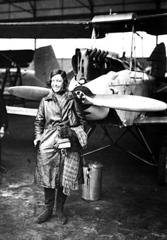 1935 English aviatrix Amy Johnson shown at a landing in Berlin. She was the first woman to make a solo flight from London to Australia in Great Women, Amazing Women, Airplane History, Aviation Accidents, Amy Johnson, Cultura General, Female Pilot, Aviators Women, Women In History