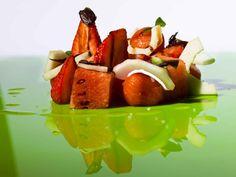 Ensalada de cherry, sandía, pepino, fresas y albahaca.¡ Un pequeño placer para su paladar ! #plato #gastronomia #restaurante #restaurant #Hotel #VeredaReal #hotels #Sevilla #Seville #Andalucia #Spain