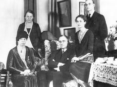 US President Franklin D. Roosevelt (center) with his family. The family members surrounding him (left to right) are First Lady Eleanor Roosevelt, Katherine Crowell Cushing, Betsey Cushing Roosevelt, and son James Roosevelt. Betsey is James' wife, and her mother is Katherine Crowell Cushing. 1930-1940,♡❤❤❤♡❤♡❤❤❤♡  http://www.fdrlibrary.marist.edu/aboutfdr/biographiesandmore.html