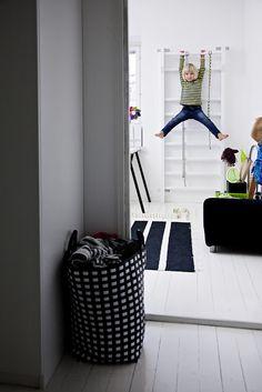 Scandinavian Kids' Hanging Wall from 15 Radical Kids' Climbing and Sliding Spaces Kids Climbing, Indoor Climbing, Climbing Wall, Wall Ladders, White Kids Room, Scandinavian Kids Rooms, Scandinavian Style, Indoor Gym, Indoor Playroom